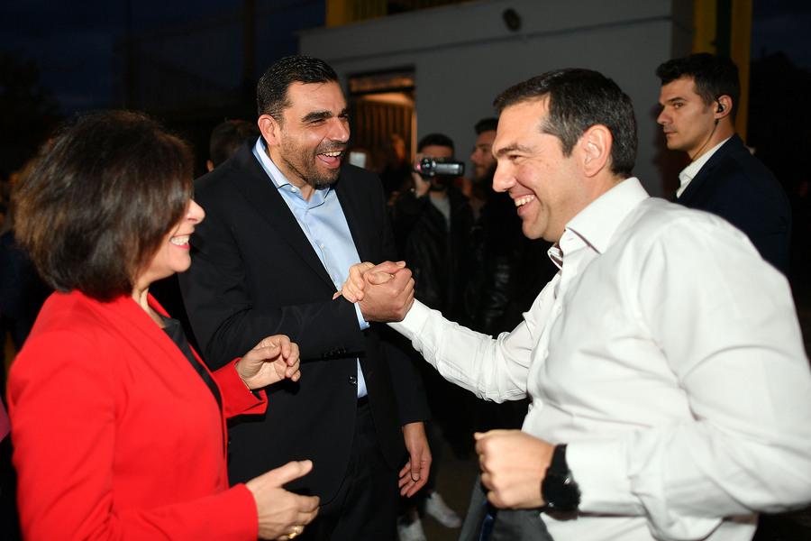 O Αλέξης Τσίπρας χαιρετά τον βουλευτή του ΣΥΡΙΖΑ Πέτρο Κωνσταντινέα -Φωτογραφία: ΑΠΕ ΜΠΕ/ΝΙΚΗΤΑΣ ΚΩΤΣΙΑΡΗΣ