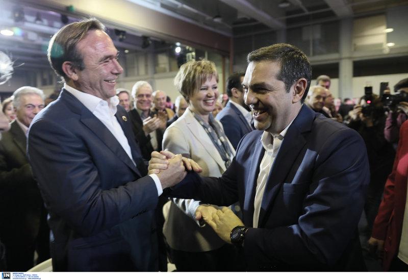 Ο Αλέξης Τσίπρας χαιρετά θερμά τον Πέτρο Κόκκαλη, υποψήφιο ευρωβουλευτή του ΣΥΡΙΖΑ