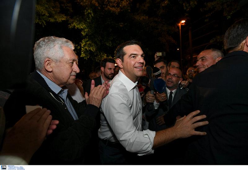 Ο Αλέξης Τσίπρας προσέρχεται στα γραφεία του ΣΥΡΙΖΑ με τον Φώτη Κουβέλη να τον χειροκροτεί