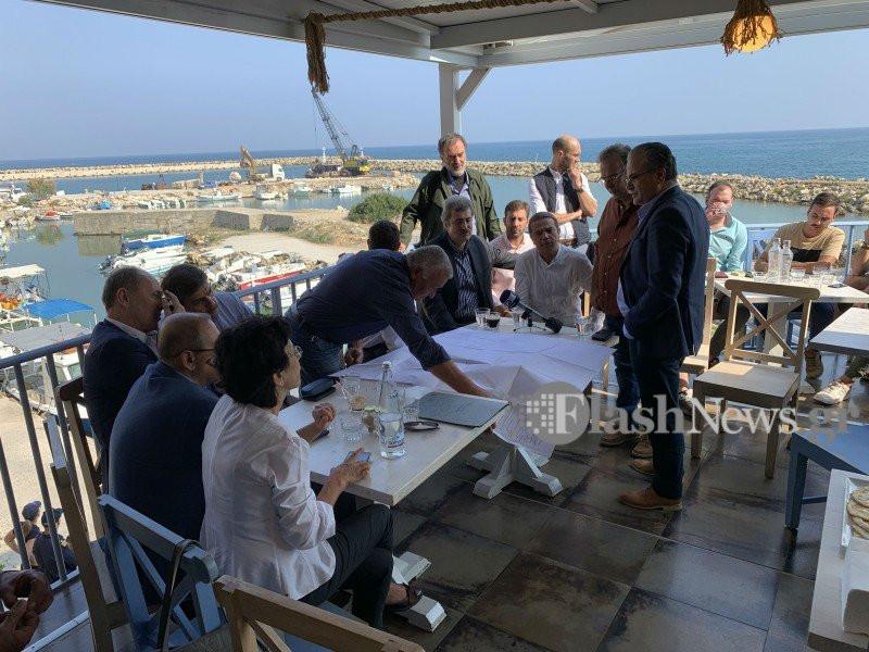 Στιγμιότυπο του Αλέξη Τσίπρα από την περιοδεία του στην Κρήτη