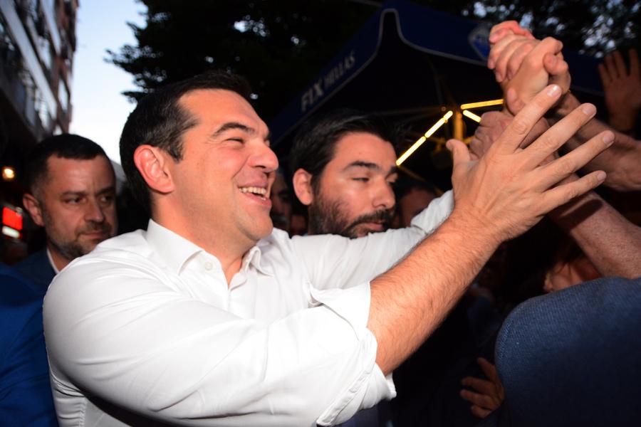 Ο Αλέξης Τσίπρας, χαιρετάει τον κόσμο στη Λάρισα