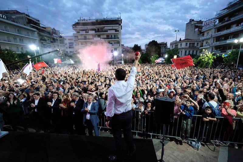 Ο πρωθυπουργός χαιρετά τους πολίτες που συγκεντρώθηκαν στην κεντρική πλατεία της Λάρισας