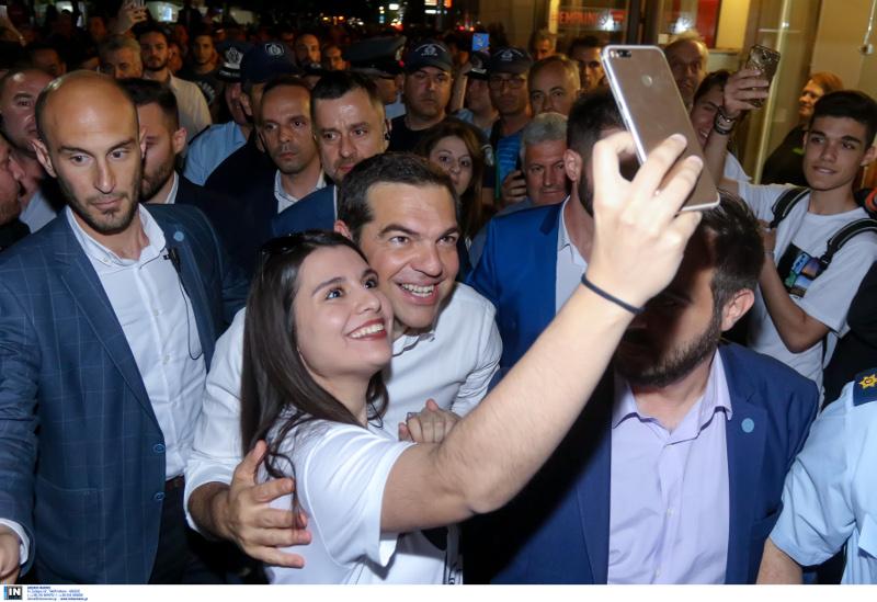 Ο Αλέξης Τσίπρας με οπαδούς του ΣΥΡΙΖΑ στην Λάρισα