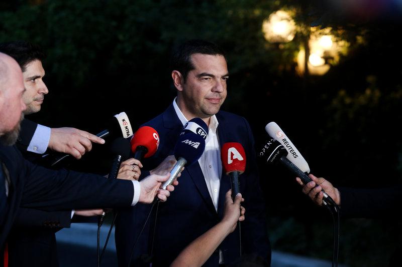 Ο Αλέξης Τσίπρας έξω από το Μαξίμου έτοιμος να κάνει δηλώσεις μετά το ΚΥΣΕΑ