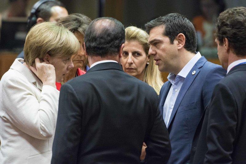 Ο Αλέξης Τσίπρας συνομιλεί με Μέρκελ και Ολάντ στη σύνοδο Κορυφής του Ιουλίου 2015
