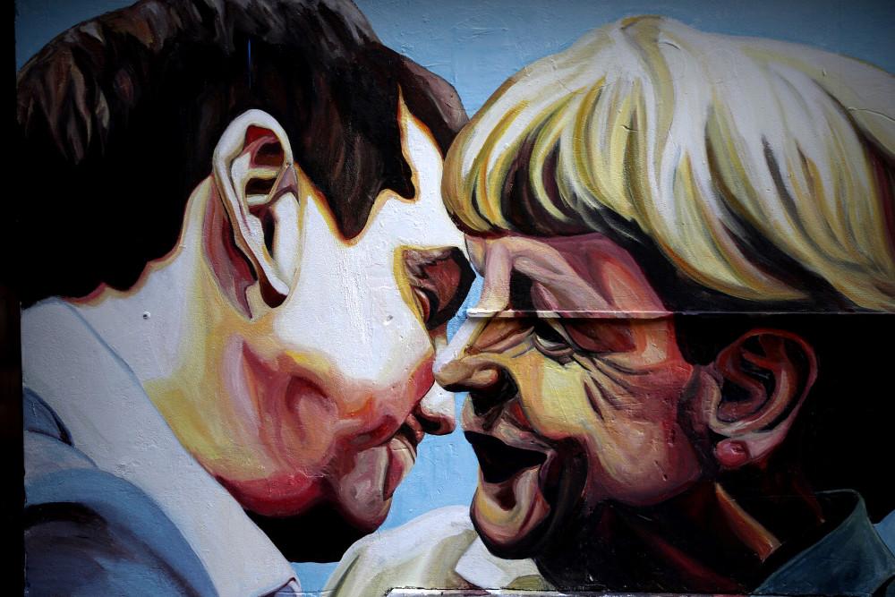 Την εικόνα του φιλιού, χωρίς επαφή των χειλιών, είδαμε και σε τοίχο της Αθήνας μεταξύ Αλέξη Τσίπρα και Ανγκελα Μέρκελ
