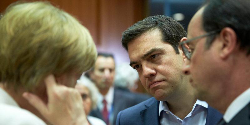 Ο Αλέξης Τσίπρας ακούσει σκεπτικός Μέρκελ και Ολάντ στη σύνοδο Κορυφής του Ιουλίου 2015
