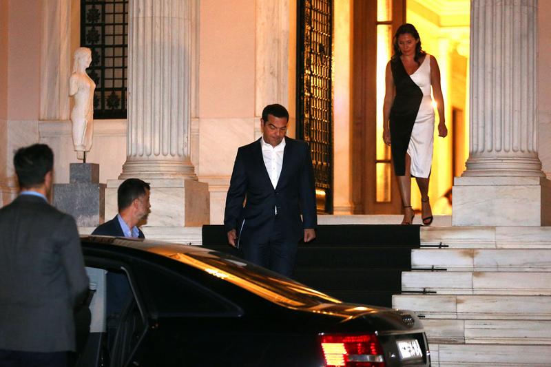 Ο Αλέξης Τσίπρας αποχωρεί από το Μέγαρο Μαξίμου πίσω του η Περιστέρα Μπαζιάνα