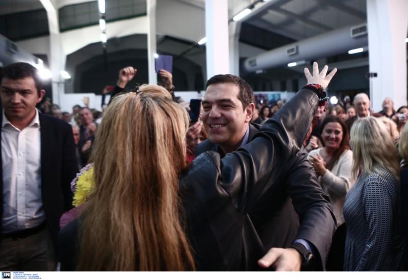 Αγκαλιές στον Αλέξη Τσίπρα από στελέχη του κόμματος και νεολαίους