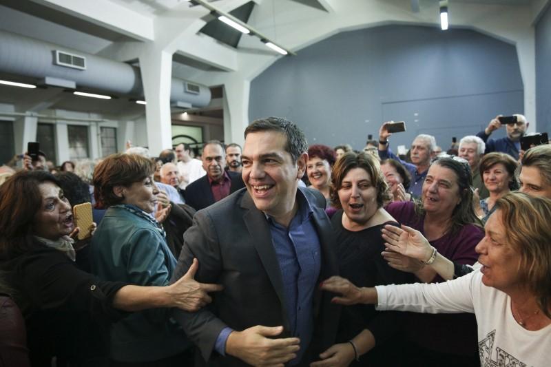 Θερμές εκδηλώσεις για τον Αλέξη Τσίπρα από γυναίκες οπαδούς του ΣΥΡΙΖΑ
