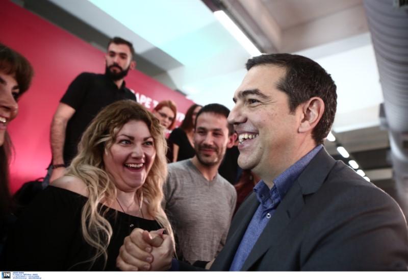 Θερμή υποδοχή στον πρόεδρο του ΣΥΡΙΖΑ από στελέχη του κόμματος και νεολαίους