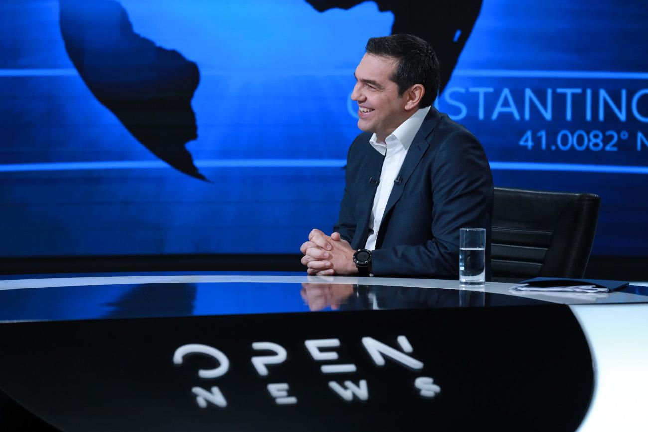 Ο Αλέξης Τσίπρας χαμογελά στο στούντιο του Open