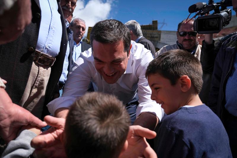 Ο Αλέξης Τσίπρας με παιδιά στην Κρήτη.
