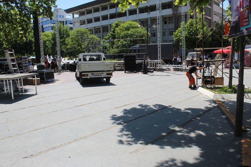 Εργάτες τοποθετούν την εξέδρα και τις σκαλωσιές για τα ηχεία της ομιλίας Τσίπρα στη Λάρισα