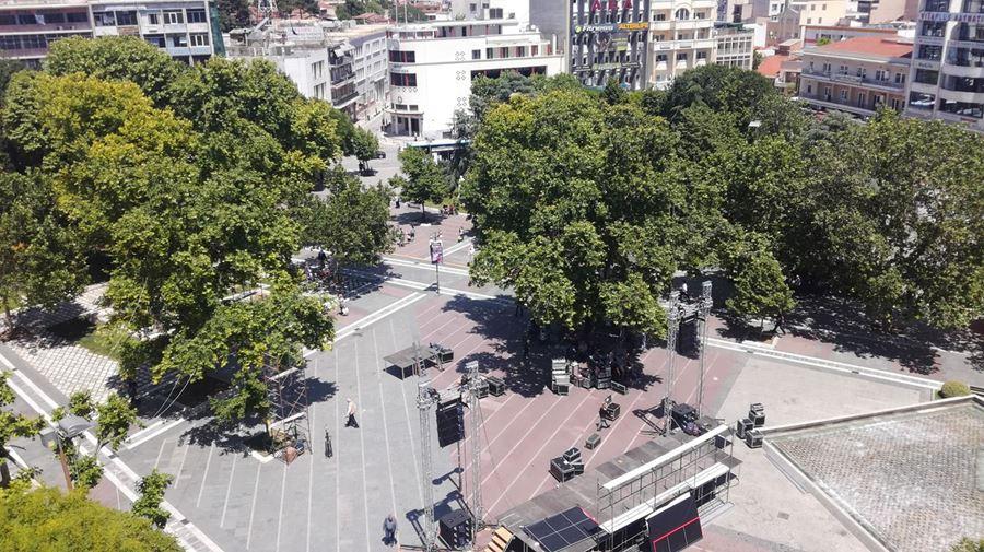 Η εξέδρα Τσίπρα στήθηκε στο μέσον της κεντρικής πλατείας της Λάρισας