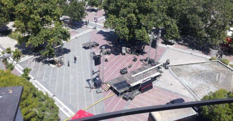 Στη μέση της πλατείας της Λάρισας έστησαν την εξέδρα για να μιλήσει ο Τσίπρας