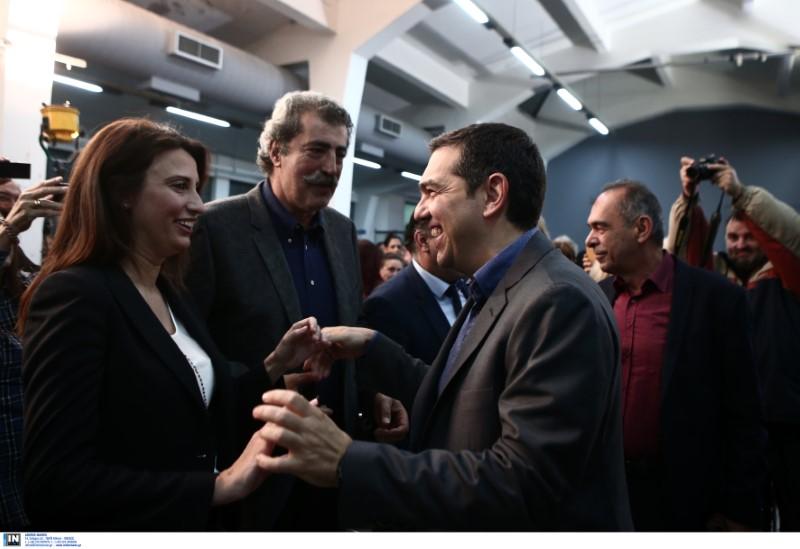 Ο Αλέξης Τσίπρας χαιρετά την Νίνα Κασιμάτη υπό το βλέμμα του Παύλου Πολάκη