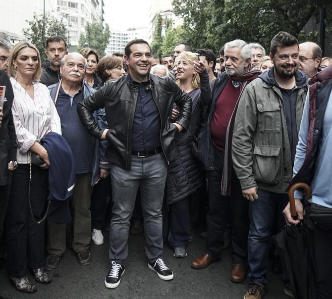 Χαμογελαστός ο Αλέξης Τσίπρας περιμένει να συμμετάσχει στην πορεία για το Πολυτεχνείο