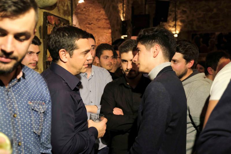 Ο πρόεδρος του ΣΥΡΙΖΑ σε συνομιλία του με νέους των Ιωαννίνων