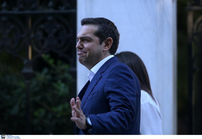 Ο Αλέξης Τσίπρας με μια χαρακτηριστική κίνηση αρνείται να κάνει δηλώσεις στους δημοσιογράφους-