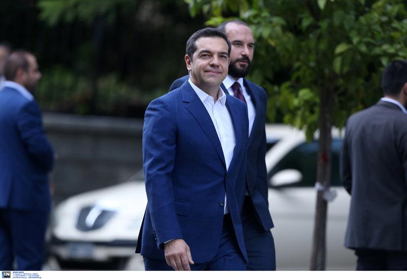 Ο Αλέξης Τσίπρας με τον Δημήτρη Τζανακόπουλο έξω από το Προεδρικό Μέγαρο
