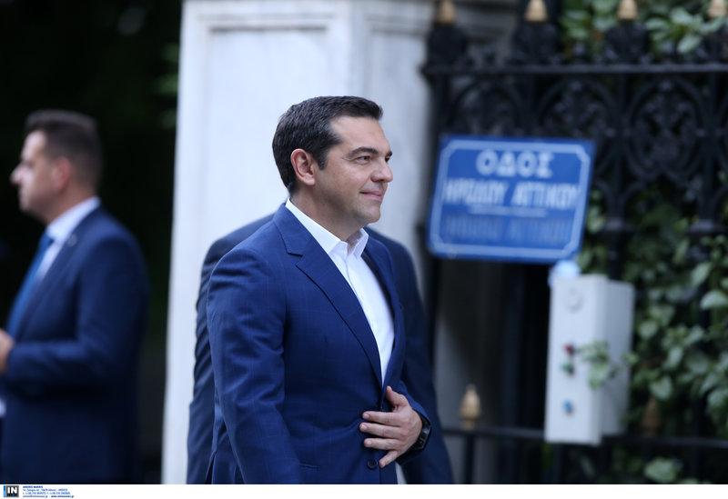 Ο Αλέξης Τσίπρας έξω από το Προεδρικό Μέγαρο