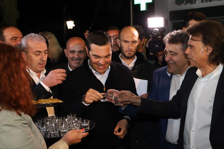 Ο Αλέξης Τσίπρας πίνει ρακί στο Χουδέτσι