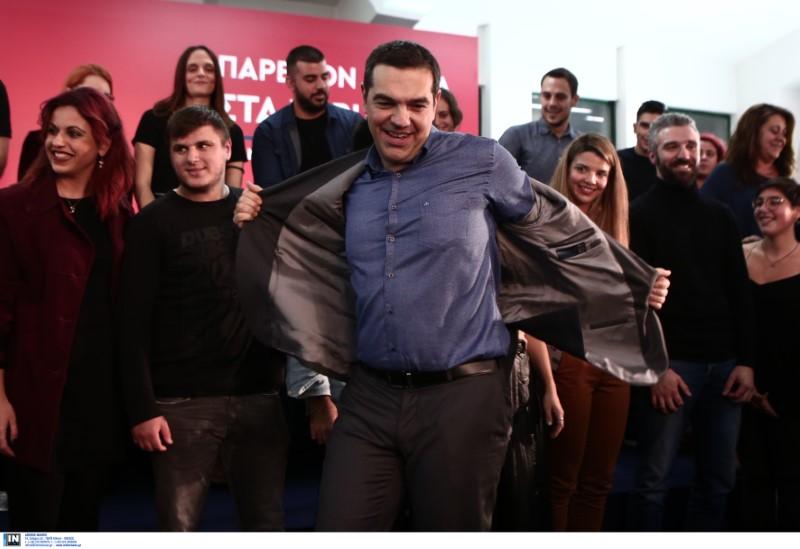Ο Αλέξης Τσίπρας βγάζει το σακάκι του στη Νίκαια