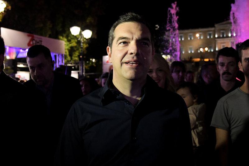 Ο Αλέξης Τσίπρας στο Σύνταγμα στα εκλογικά περίπτερα Δούρου-Ηλιόπουλου