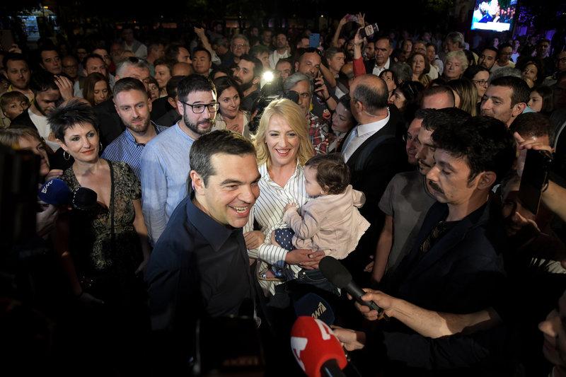 Ο Αλέξης Τσίπρας στο Σύνταγμα ετοιμάζεται να κάνει δηλώσεις. Πίσω του Ρένα Δούρου, Ν. Ηλιόπουλος, Αννέτα Καββαδία