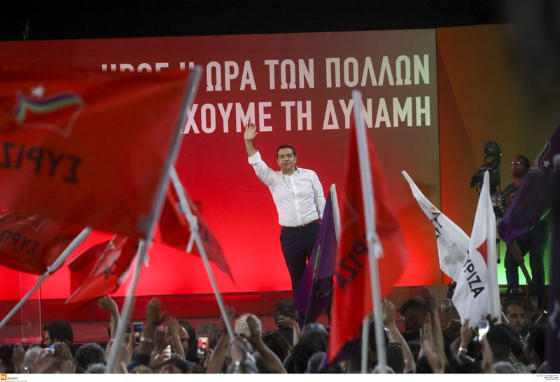 Ο Αλέξης Τσίπρας χαιρετά τους συγκεντρωμένους στη Θεσσαλονίκη
