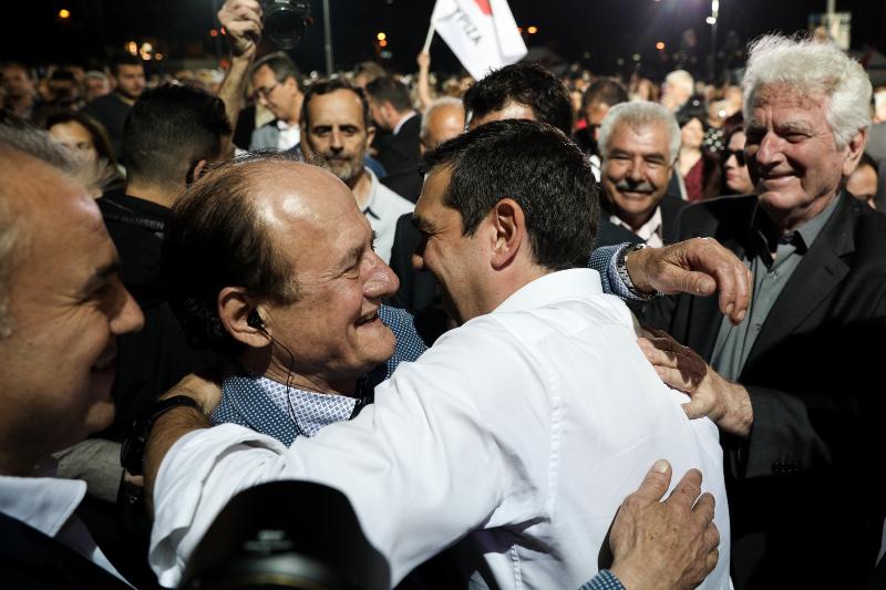 Ο Αλέξης Τσίπρας μαζί με τον Θύμιο Λυμπερόπουλο στην ομιλία του πρωθυπουργού στο Αιγάλεω