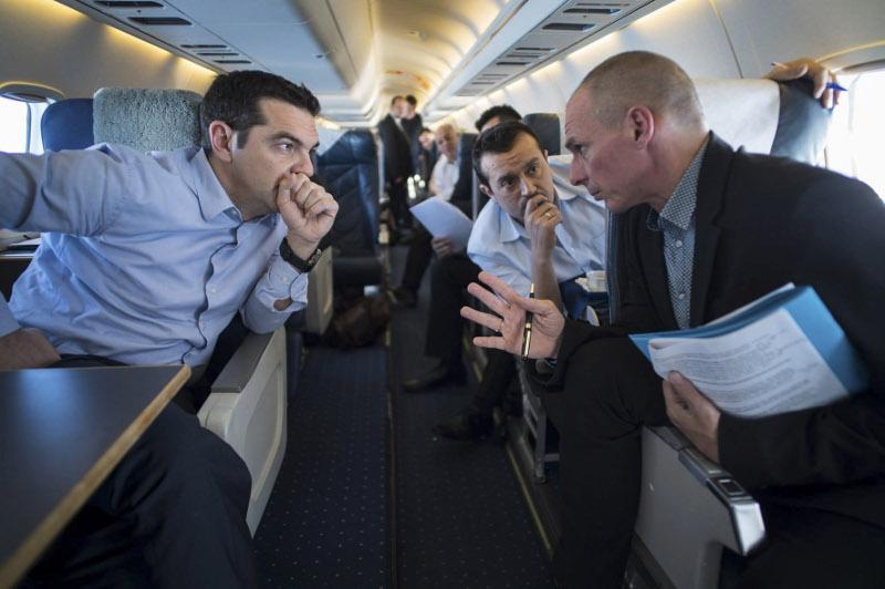 Τσίπρας και Παππάς στο κυβερνητικό αεροπλάνο προς τις Βρυξέλλες ακούν με θρησκευτική ευλάβεια το σχέδιο διαπραγμάτευσης του Βαρουφάκη.