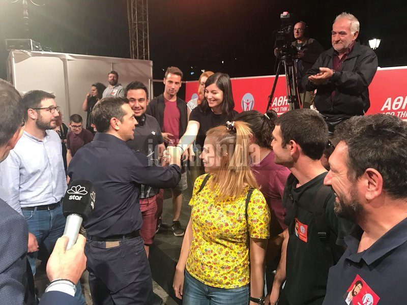 Ο Αλέξης Τσίπρας χαιρετά εθελοντές