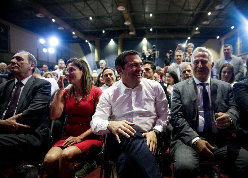 Ο Αλέξης Τσίπρας πριν την ομιλία του στα Χανιά: Δεξιά του η Μπέτι Μπαζιάνα και ο Γιώργος Σταθάκης, αριστερά του ο Ευ. Αποστολάκης