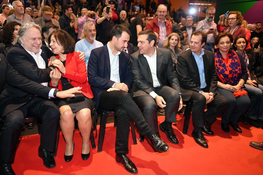 O Αλέξης Τσίπρας συνομιλεί με τον υπουργό Εσωτερικών Αλέξανδρο Χαρίτση -Φωτογραφία: ΑΠΕ ΜΠΕ/ΝΙΚΗΤΑΣ ΚΩΤΣΙΑΡΗ