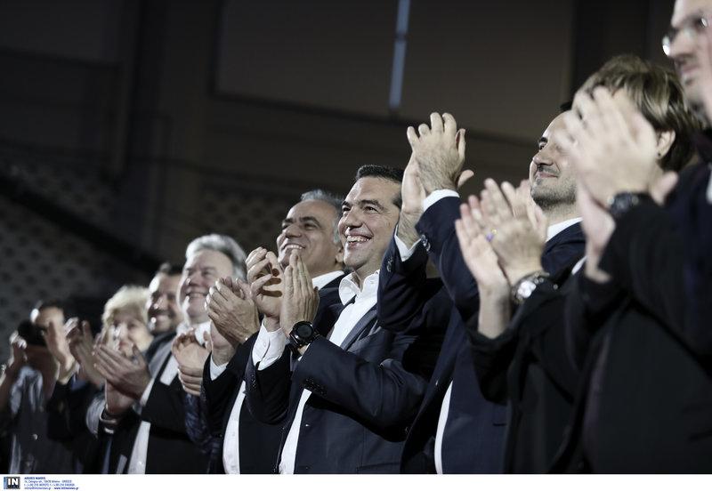 Ο Αλέξης Τσίπρας χειροκροτά τους υποψήφιους ευρωβουλευτές του