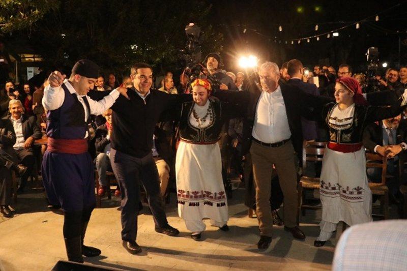 Ο Αλέξης Τσίπρας χορεύει κρητικά