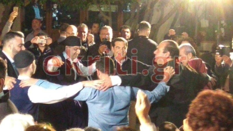 Ο πρωθυπουργός χαμογελαστός χορεύει παραδοσιακά κρητικά
