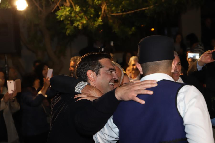 Ο Αλέξης Τσίπρας αγκαλιά με κρητικούς χορεύει