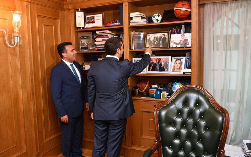 Ο κ. Ζάεφ έδειξε στον κ. Τσίπρα τη φωτογραφία των δύο τους από την περσινή συνάντηση στο Νταβός