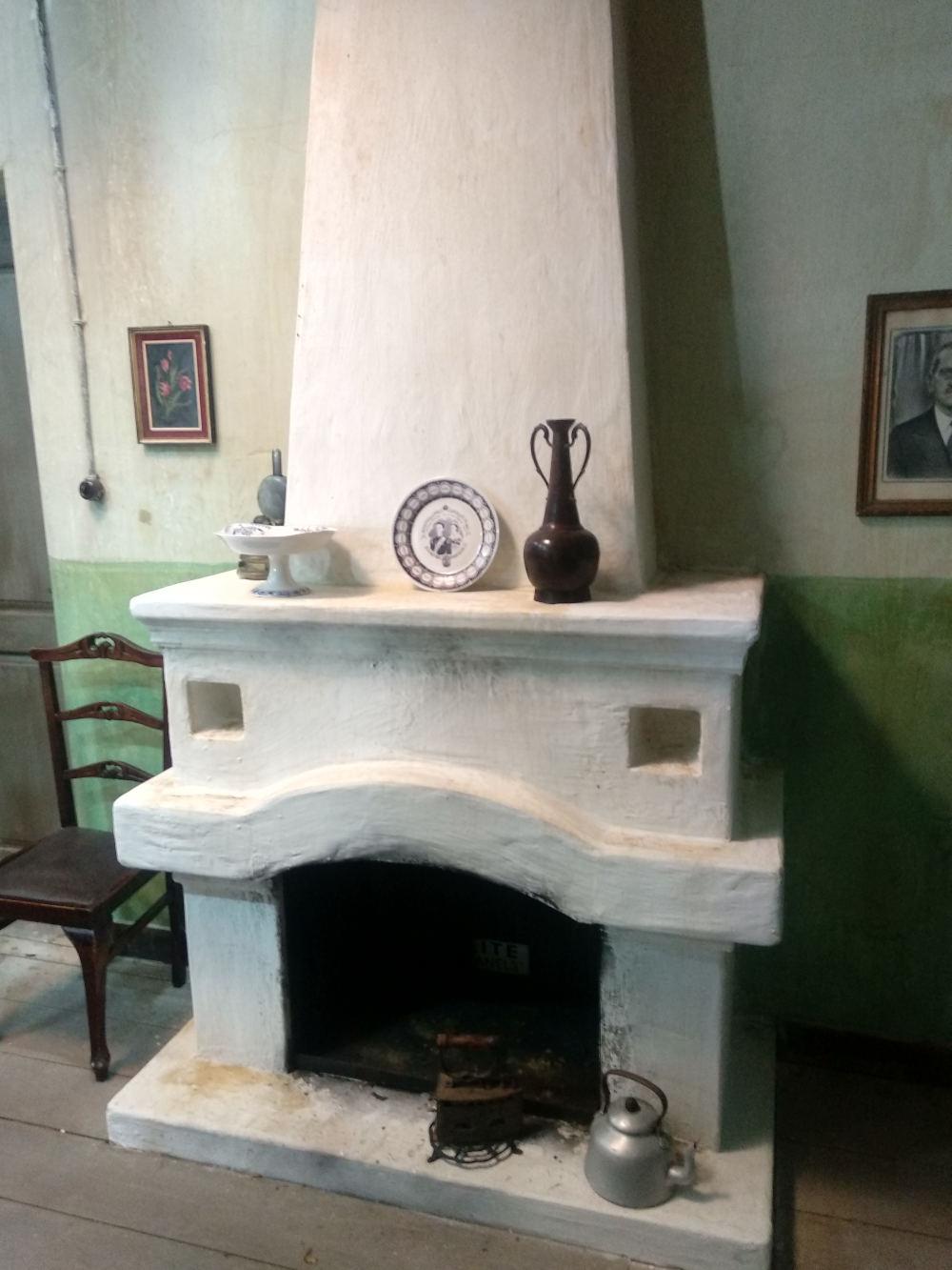 Το τζάκι στο σπίτι του Προύσαλη, με το σίδερο και τον βραστήρα πλάι στη φωτιά