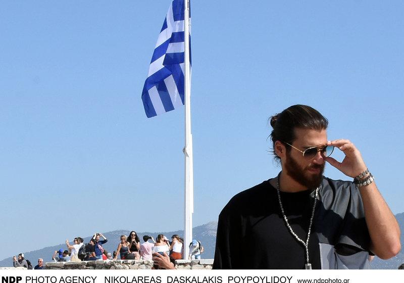 Ο τούρκος ηθοποιός του Φτερωτού Θεού Τζαν Γιαμάν με φόντο ελληνική σημαία
