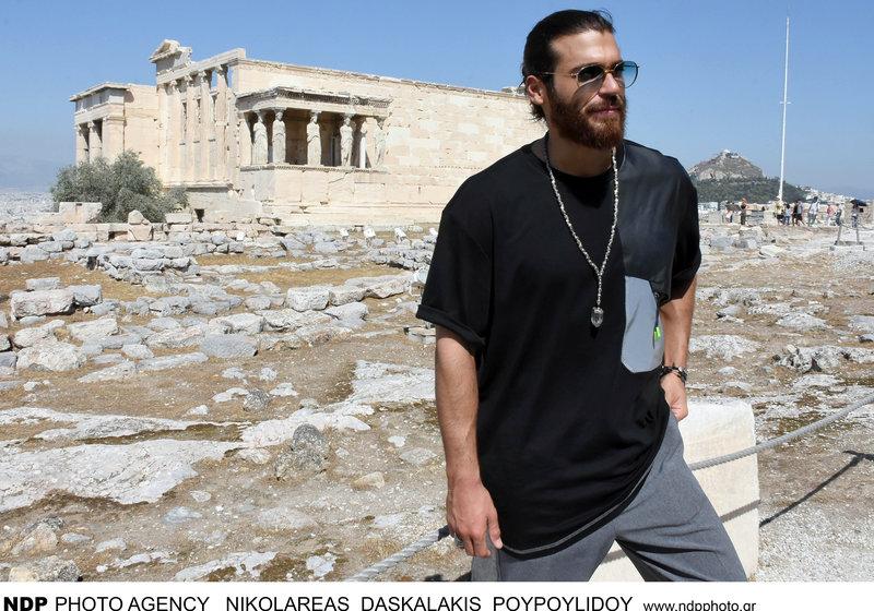 Ο τούρκος ηθοποιός του Φτερωτού Θεού Τζαν Γιαμάν  ποζάρει στο Ερέχθειο