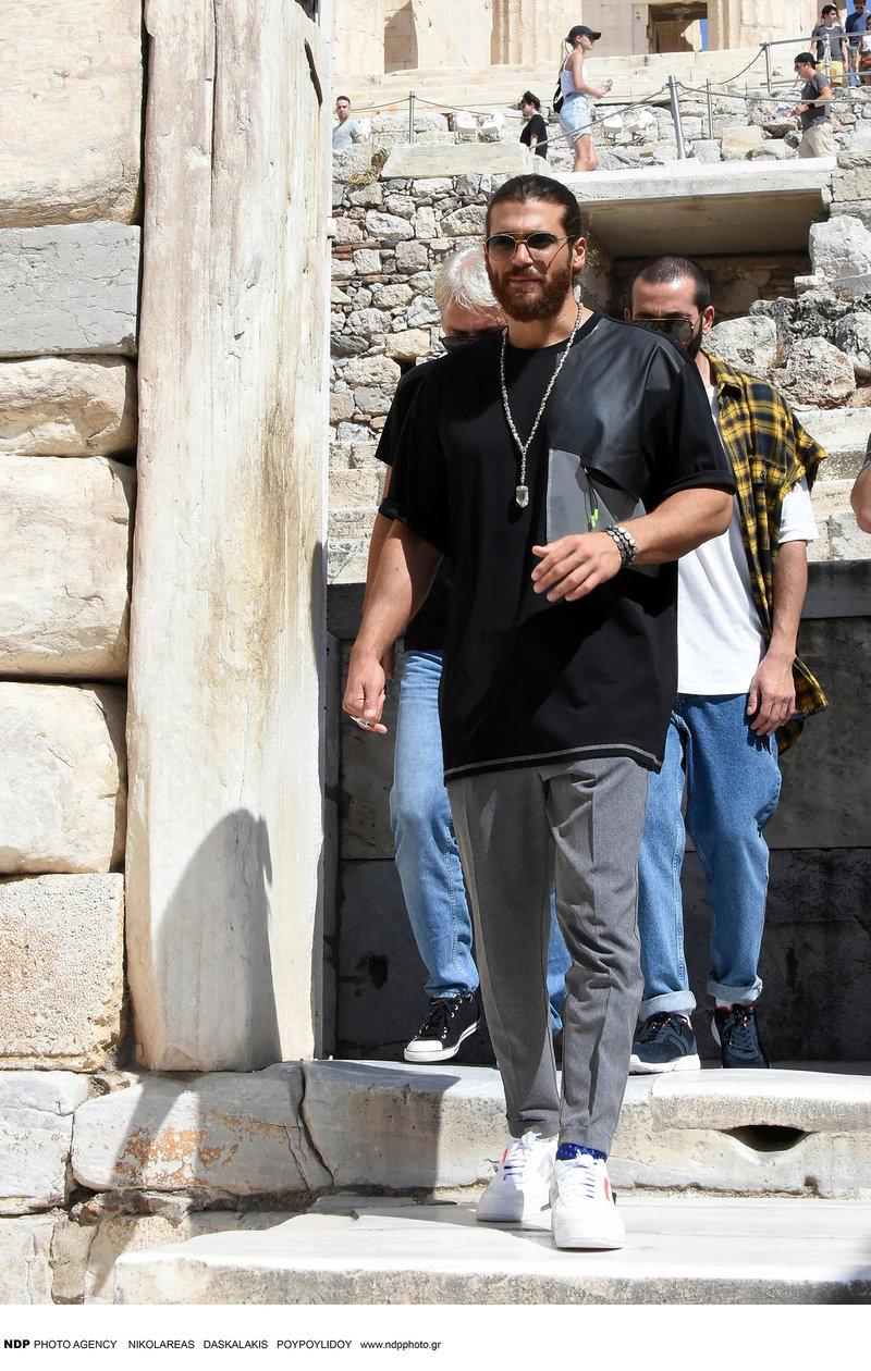 Ο τούρκος ηθοποιός του Φτερωτού Θεού Τζαν Γιαμάν με φίλους του στην Αθήνα