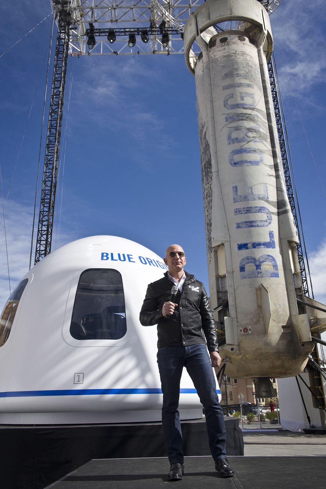 Ο Τζεφ Μπέζος στις εγκαταστάσεις της Blue Origin στο Τέξας