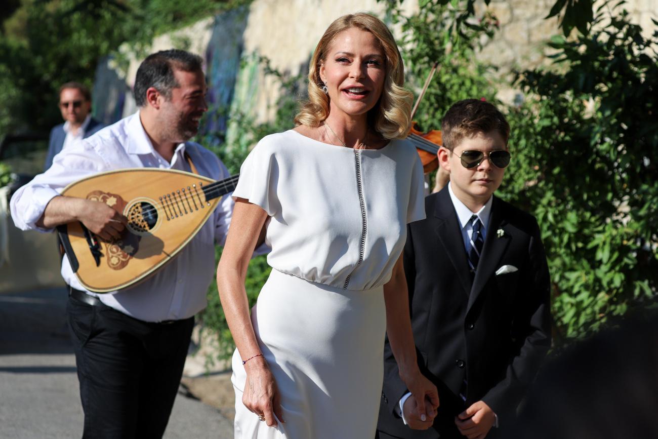 Η Τζένη Μπαλατσινού νύφη, πηγαίνει στην εκκλησία