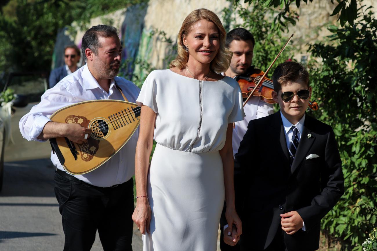 Η Τζένη Μπαλατσινού νύφη με λαουτέρη και τον γιο της