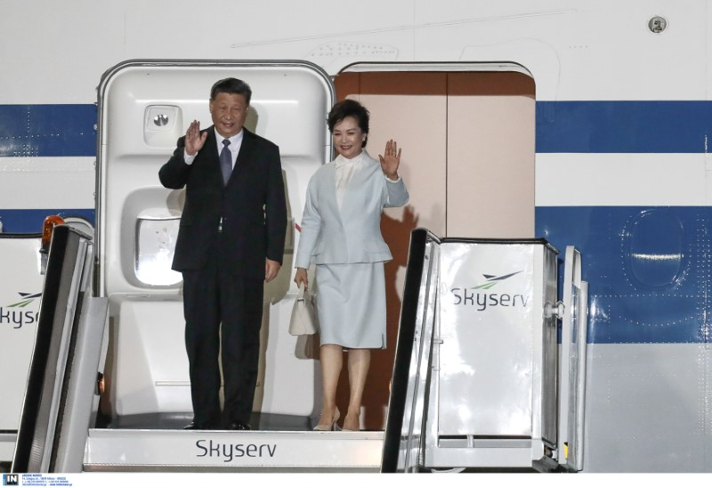 Στην Αθήνα έφτασε το απόγευμα της Κυριακής ο πρόεδρος της Κίνας Σι Τζινπίγκ συνοδευόμενος από την σύζυγό του
