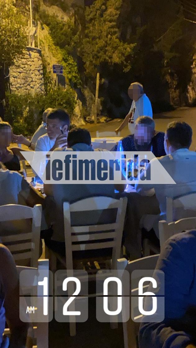 Η ώρα είναι 12:06 και παρά τα μέτρα ο κ.Τζιτζικώστας και η παρέα του βρίσκονται σε ταβέρνα στους Παξούς και περιμένουν να δειπνήσουν